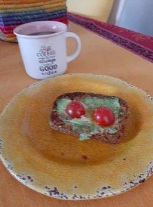 toaast à l'avocat avec café sur la table.