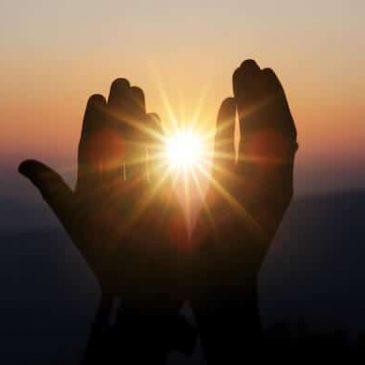Mains et rayon de soleil.