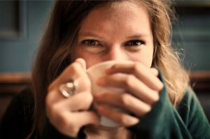 femme buvant son thé.