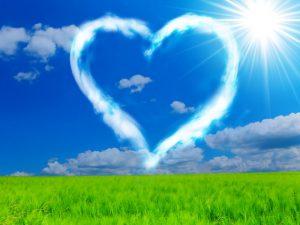 Coeur en nuage avec gazon vert.