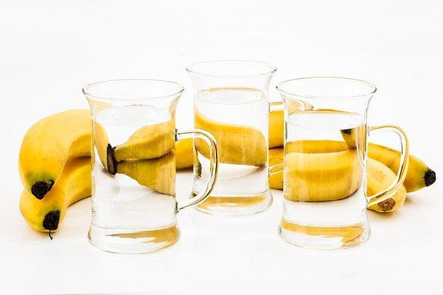 verres d'eau et bananes