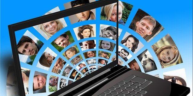 Mosaique de visages sur un écran d'ordi.